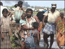 Civilians fleeing fighting - photo released by Sri Lankan army on 20 April