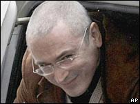 Михаил Ходорковский улыбается, выходя из машины, на которой его привезли в суд 21 апреля