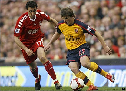 Arshavin takes the ball past Arbeloa