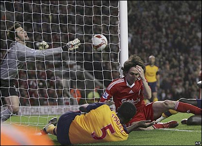 Benayoun holds his face as Lukasz Fabianski fails to keep the ball out