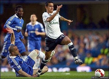 Cahill evades Alex's tackle
