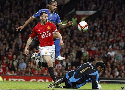 Giggs goes close for Man Utd