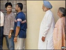 Manmohan Singh queues to vote in Guwahati