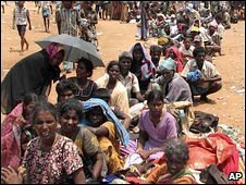 Civilians wait at a temporary camp in Vavuniya, Sri Lanka (22/04/2009)