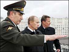 Valentin Korabelnikov (left) speaks to Vladimir Putin and Sergei Ivanov (November 2006)