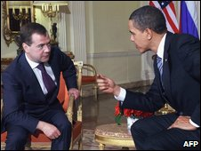 File photo of Russian President Dmitry Medvedev (l) and US President Barack Obama
