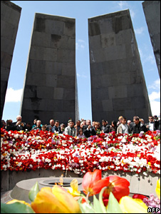 Armenians at the memorial for victims of the 1915 killings in Yerevan (24 April 2009)