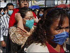 People in masks in Mexico City on 24 April 2009