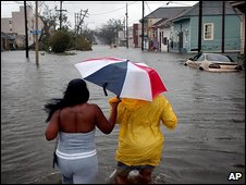 People walk through floodwater in New Orleans (29/08/2005)
