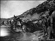 Troops landing at Anzac Cove in 1915