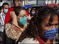 انفلونزا الخنازير يعدد المكسيك وامريكيا _45701867_mask00.jpg
