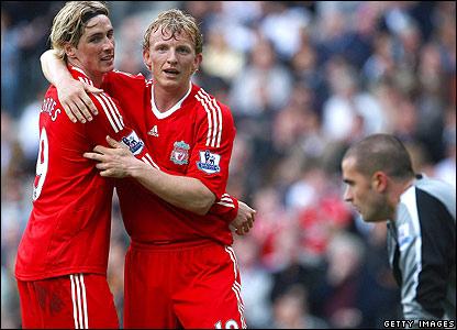 Fernando Torres congratulates Kuyt as Liverpool move 3-1 ahead