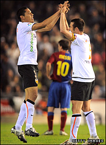 Hedwiges Maduro (L) celebrates with team-mate Carlos Marchena after going 1-0 up