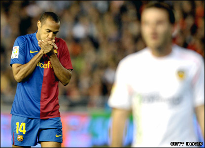 Thierry Henry warms his hands against Valencia