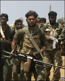 Sri Lankan soldiers advance towards the front line in Puthukkudiyiruppu, 24 April