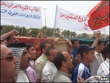 People attend funerals in Kut for the people killed in the raid (26/04/2009)