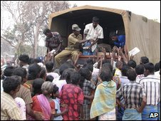 Internally displaced people gather around a truck distributing aid in Vavuniya, Sri Lanka (26/04/2009)