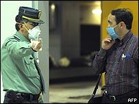 شرطي اسباني يوجه أحد القادمين من المكسيك في مطار مدريد