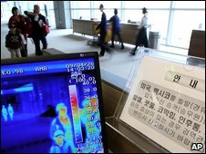 A thermal camera monitors the body temperature of passengers arriving from overseas at Incheon International Airport in Incheon, west of Seoul, South Korea, 26 April 2009
