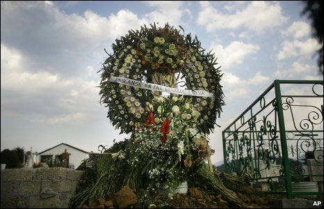 A funeral wreath on the grave of Gerardo Leyva, one of Mexico's first swine flu victims, in the town of Xonacatlan, 26 April