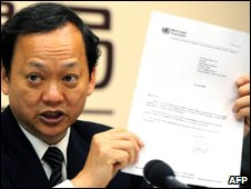 Health Minister Yeh Chin-chuan shows a letter from Magaret Chan, director-general of the WHO Secretariat, inviting the island to attend WHA