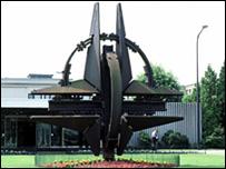 شعار حلف شمالي الاطلسي الناتو امام مقره في بروكسيل