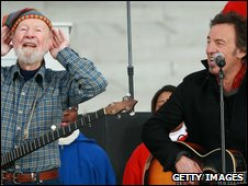 Pete Seeger (l) at a concert with Bruce Springsteen