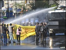 Turkish police fire water cannon at protesters in Istanbul on 1/5/09