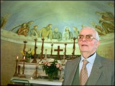 Former PoW Mario Ferlito with the mural of Christ's Last Supper in the background
