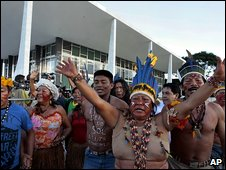 Indigenous Brazilian in the Raposa Serra do Sol reservation celebrate the court ruling (19 March 2009)