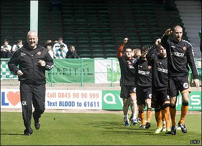 Dundee United go through their warm-up