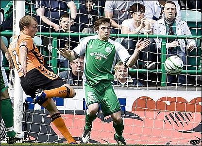 Warren Feeney scores for United