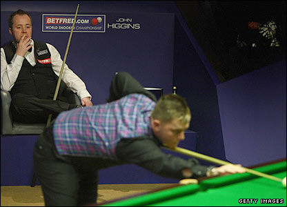 John Higgins watchs Mark Allen