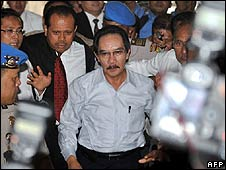 Antasari Azhar (C) arrives at Jakarta police headquarters (4 May)