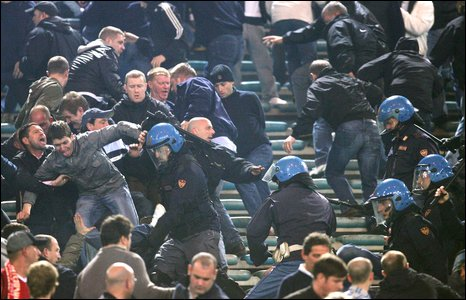 Manchester United fans clash with Rome police