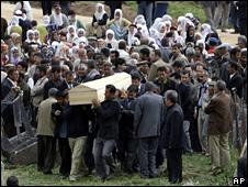 Victimes are buried in Bilge Koyu (5 May 2009)