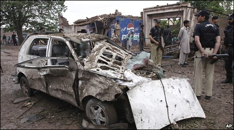 Pakistani police at the scene of a car bombing in Peshwar (05 May 2009)