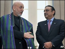 Afghan President Hamid Karzai and Pakistan's President Asif Ali Zardari at talks in Turkey (01 April 2009)