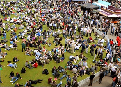 Spectators take lunch at Lord's