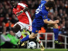 "Manchester United's South Korean midfielder Park Ji-Sung (r) tussles with Arsenal""s Ivory Coast defender Emmanuel Eboue"