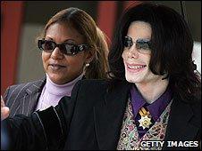 Raymonde Bain with Michael Jackson at his trial in Santa Monica, California (3 March 2005)