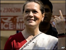 Sonia Ghandi votes on 7 May 2009