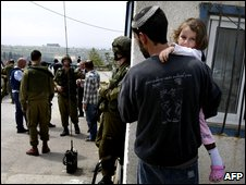 Israel troops and settlers in Bat Ayin, near Bethlehem, after a deadly attack (02/04/2009)