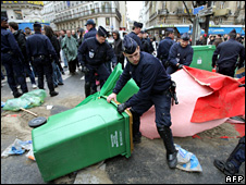 Police dismantle a barricade set up by students outside the Sorbonne (8 April 2009)