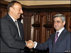 Ilham Aliyev (left) and Serzh Sarkisian (2 November 2008)