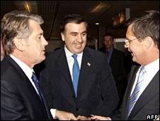 Viktor Yushchenko, Mikhail Saakashvili and Jan Peter Balkenende in Prague (7 May 2009)