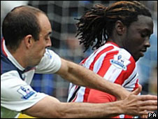 Sunderland's Kenwyne Jones (r) is challenged by Bolton's Gavin McCann