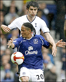 Steven Pienaar is challenged by Vedrun Corluka of Spurs