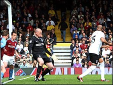 Diomansy Kamara (right) flicks the ball in to put Fulham 3-1 up
