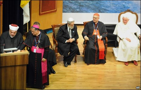 Sheikh Tamimi delivers his unscheduled speech as the Pope (far right) watches